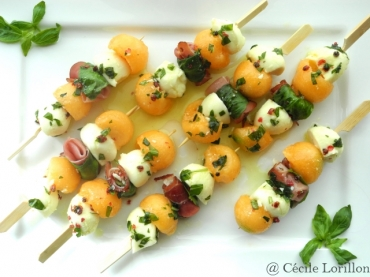 recette bio brochettes bio de melon et mozzarella marin e l 39 huile d 39 olive bioaddict. Black Bedroom Furniture Sets. Home Design Ideas