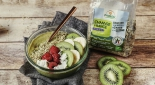 Smoothie bowl bio aux fruits, chanvre et thé matcha